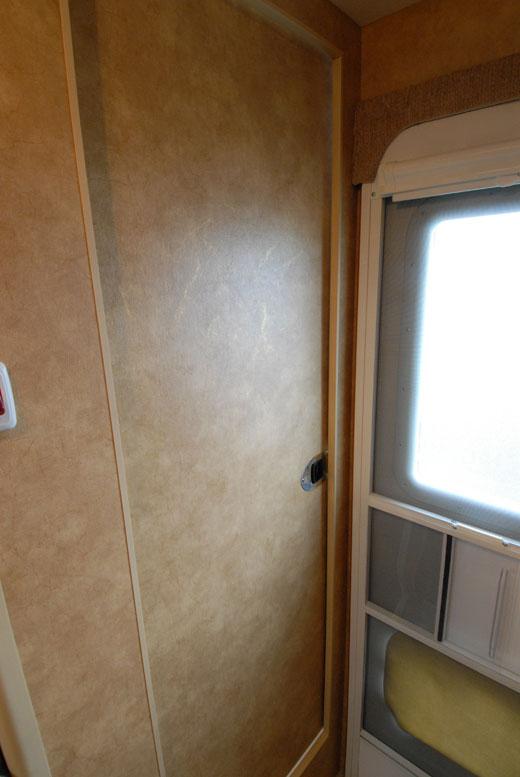 825-lance-slidingdoor-to-wetbath
