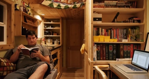 law-student-joel-fleck-living-in-tiny-house-02